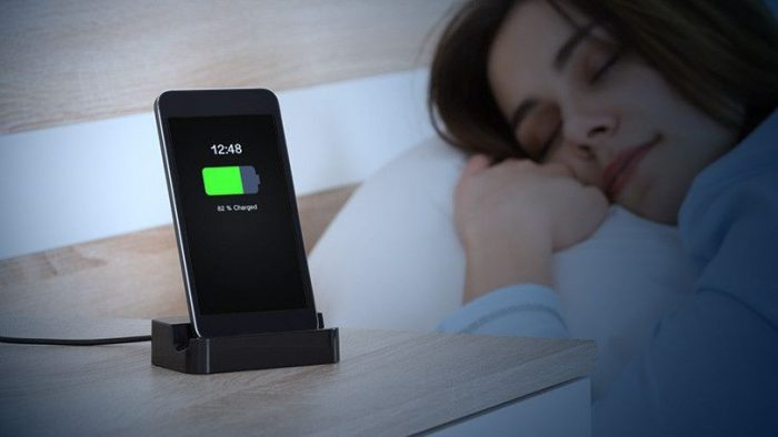 Hindari Isi Daya Baterai Saat Tidur